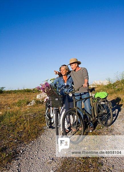 reifes Paar Fahrradfahren am Strand