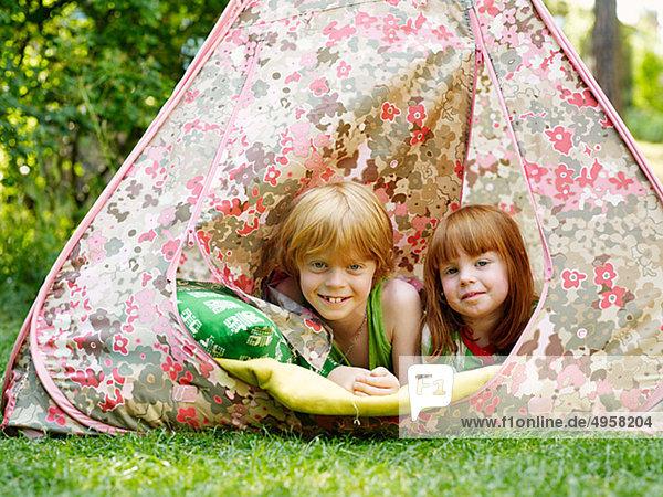 Zwei Kinder in einem Zelt