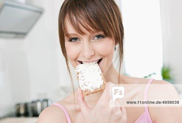 Frau isst Brot