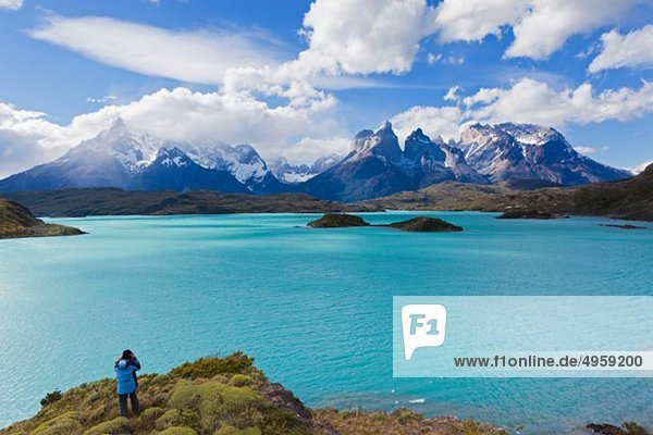 Südamerika  Chile  Patagonien  Fotografin  die ein Bild von den torres del paine Bergen aufnimmt.