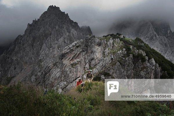 Österreich,  Salzburg,  Filzmoos,  Pärchenwandern auf den Bergen