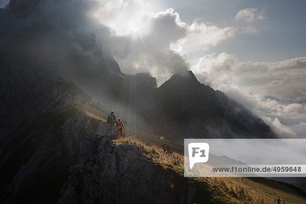 Österreich  Salzburg  Filzmoos  Pärchenwandern auf den Bergen