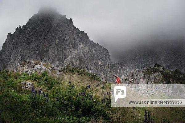 Österreich  Salzburger Land  Filzmoos  Pärchenwandern auf den Bergen