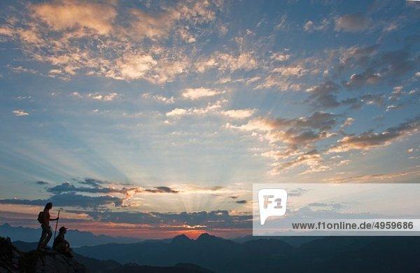 Österreich  Salzburger Land  Altenmarkt-Zauchensee  Paar beobachtet Sonnenaufgang auf den Niederen Tauern