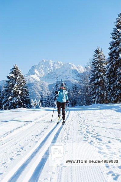 Isartal  Seniorin beim Langlaufen