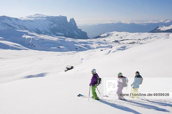 Italien  Trentino-Südtirol  Südtirol  Bozen  Seiser Alm  Skifahrergruppe auf verschneiter Landschaft