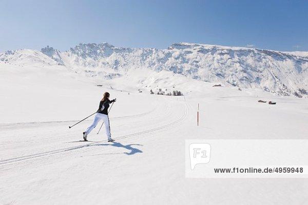 Italien  Trentino-Südtirol  Südtirol  Bozen  Seiser Alm  Mittelalterliche Skilangläuferin