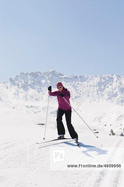 Italien  Trentino-Südtirol  Südtirol  Bozen  Seiser Alm  Junge Frau beim Langlaufen