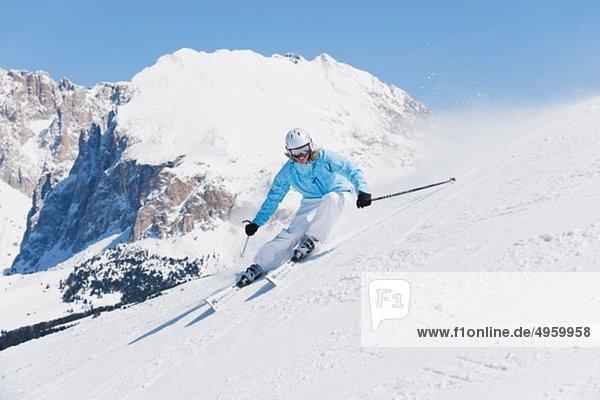 Italien  Trentino-Südtirol  Südtirol  Bozen  Seiser Alm  Junge Frau beim Skifahren am Berg