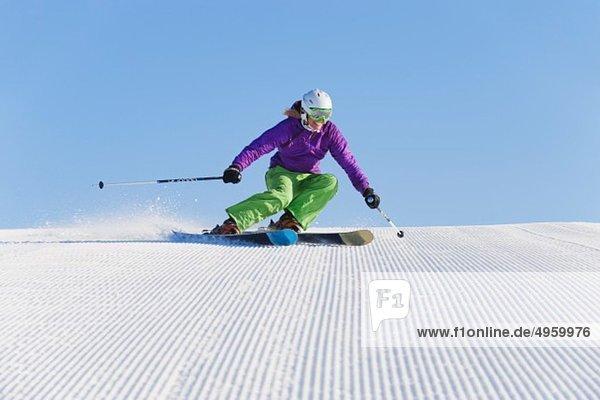Italien  Trentino-Südtirol  Südtirol  Bozen  Seiser Alm  Junge Frau beim Skifahren