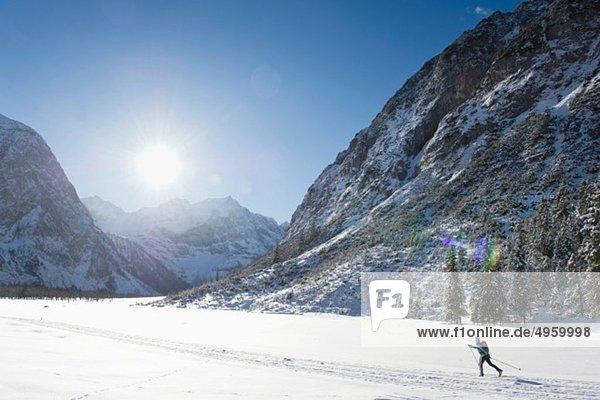 Seniorin beim Langlaufen mit Karwendalgebirge