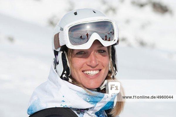 Österreich  Kleinwalsertal  Junge Frau mit Skibrille  lächelnd