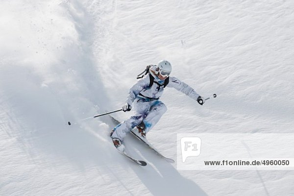 Österreich  Kleinwalsertal  Junge Frau beim Skifahren