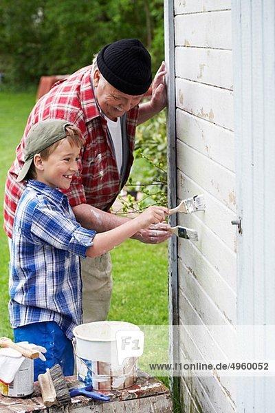 Sommer Enkelsohn Großvater streichen streicht streichend anstreichen anstreichend