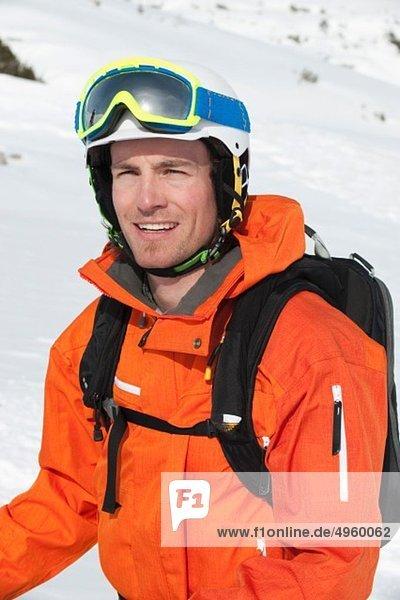 Österreich,  Kleinwalsertal,  Mann mit Skibrille,  lächelnd