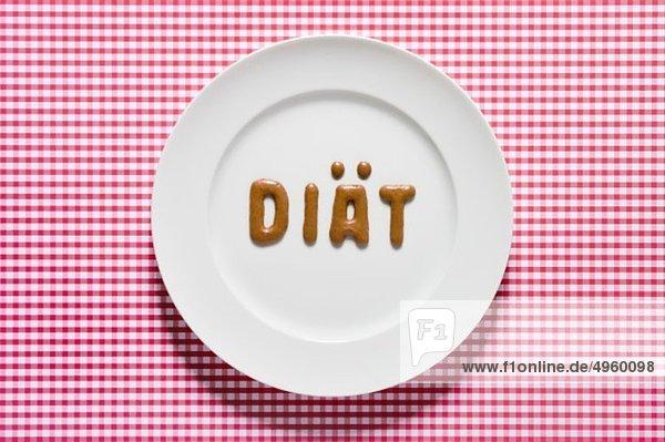 Word Diät geschrieben mit russischem Brot auf dem Teller  Nahaufnahme