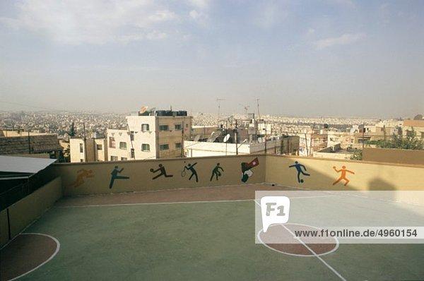 Amman  Jordanien  Blick auf den Spielplatz mit Stadt im Hintergrund Amman, Jordanien, Blick auf den Spielplatz mit Stadt im Hintergrund
