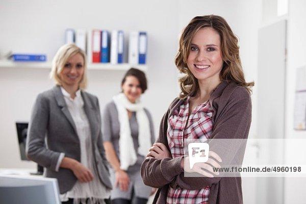 Geschäftsfrauen im Büro  lächelnd  Portrait