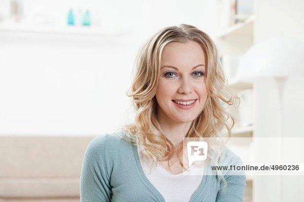 Frau lächelt zu Hause  Porträt