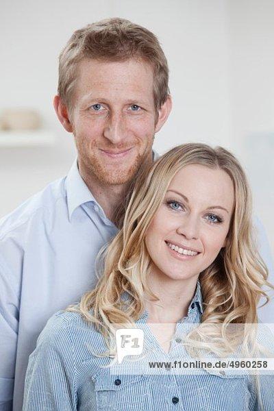 Deutschland  Bayern  München  Nahaufnahme eines mittelgroßen Paares lächelnd  Porträt