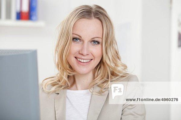 Geschäftsfrau im Büro  lächelnd  Portrait