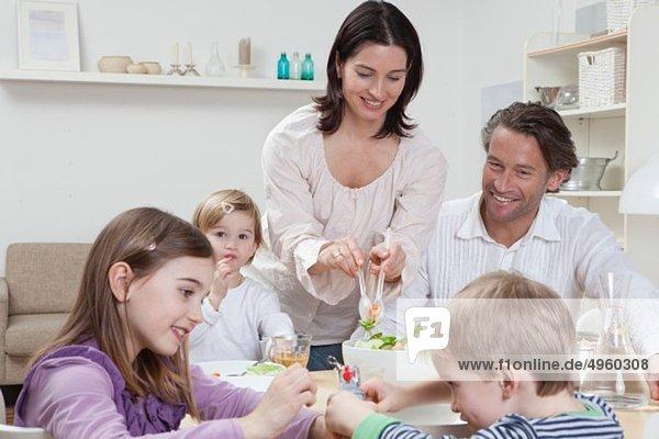 Deutschland  Bayern  München  Familie beim Mittagessen  Lächeln