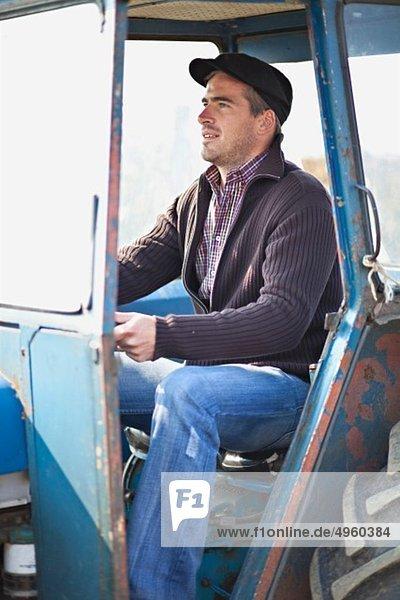 Kroatien  Baranja  Junger Mann fährt Traktor Kroatien, Baranja, Junger Mann fährt Traktor