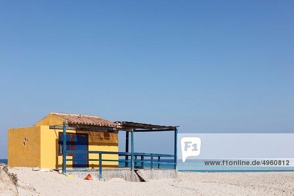 Spanien  Balearen  Mallorca  Cala Torta  bei Arta  Blick auf den Strand mit gebauter Struktur