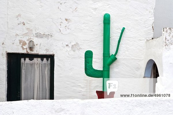Spanien  Balearen  Menorca  Ansicht der bemalten Dachrinne