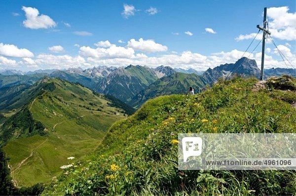 Österreich  Vorarlberg  Frau am Berg sitzend