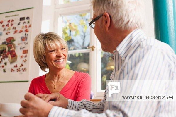 Deutschland  Kratzeburg  Seniorenpaar beim Frühstücken
