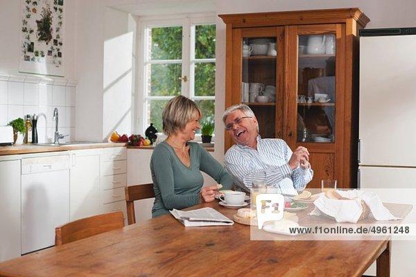 Deutschland  Kratzeburg  Seniorenpaar beim Frühstückstisch