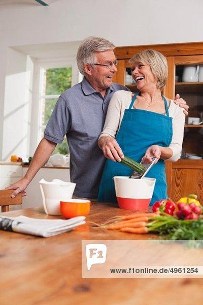 Deutschland  Kratzeburg  Seniorenpaar beim Kochen  lächeln