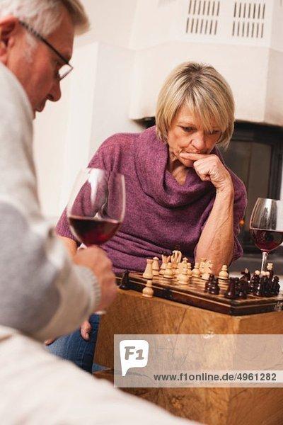 Deutschland  Kratzeburg  Seniorenpaar beim Schachspiel