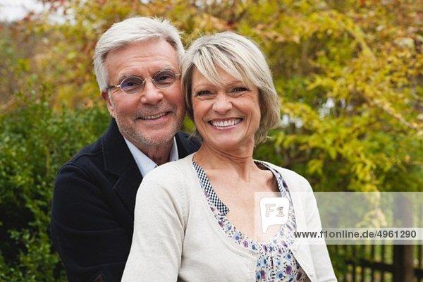 Deutschland  Kratzeburg  Seniorenpaar lächelnd  Portrait