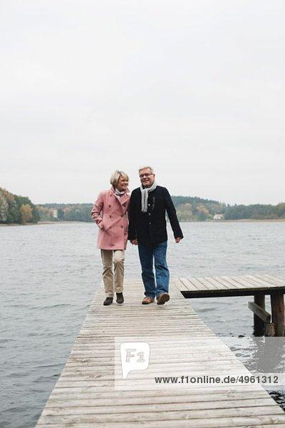 Deutschland  Kratzeburg  Seniorenpaar auf Strandpromenade  lächelnd