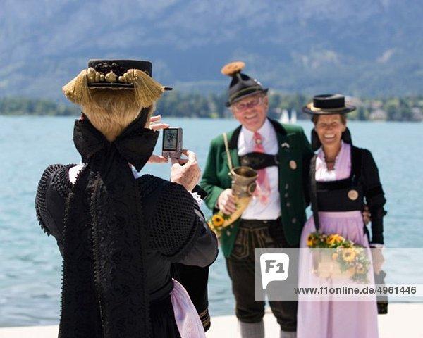 Österreich  Salzburg  Frau fotografiert Seniorenpaar