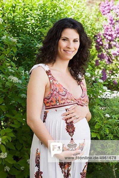 Portrait Frau Garten Schwangerschaft