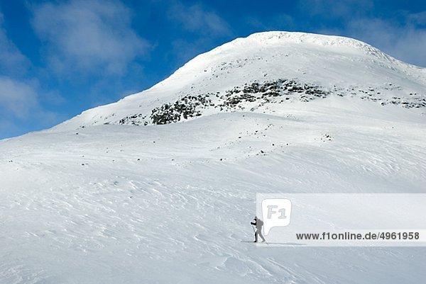 Reife Frau Skifahren