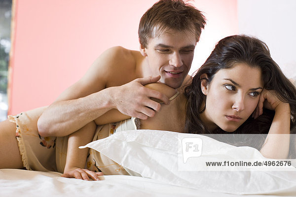 Paar argumentieren im Bett
