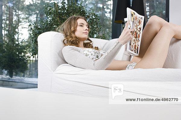 Zeitschrift Woman reading
