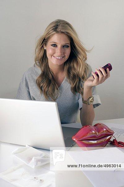 junge Frau junge Frauen Notebook Telefon