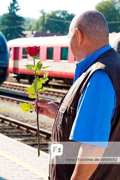 Senior  Senioren  reifer Erwachsene  reife Erwachsene  Aktivitäten  Haltestelle  Haltepunkt  Station  Zug