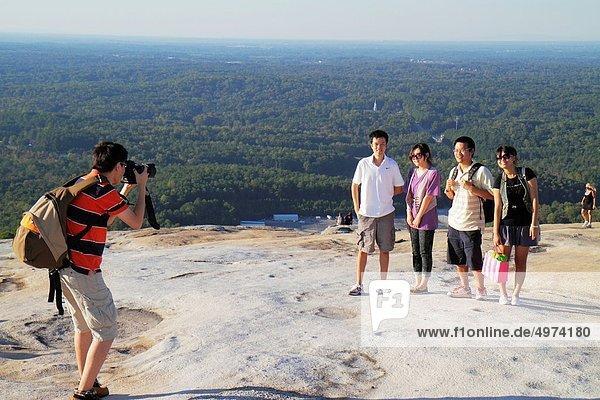 Rucksack  Felsbrocken  junger Erwachsener  junge Erwachsene  Frau  Mann  Berggipfel  Gipfel  Spitze  Spitzen  Geologie  Ansicht  Blick in die Kamera  Atlanta