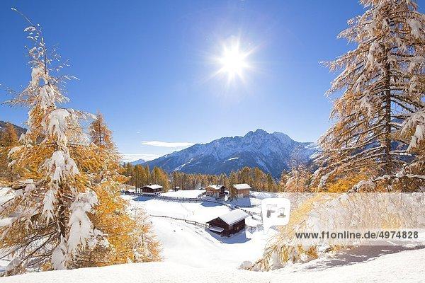 Winterliche Almhütten nahe Heiligenblut  Kärnten  Österreich