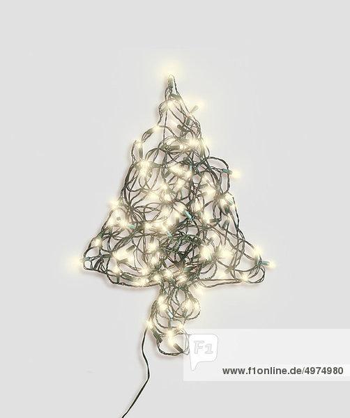 Weihnachtsbaumform aus Lichterketten