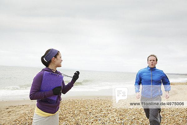 Fitnesstrainer Zeitmessung Mann läuft