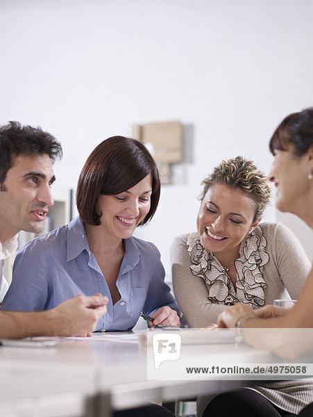 Geschäftsbesprechung  Besuch  Treffen  trifft  Gespräch  Gespräche  Unterhaltung  Unterhaltungen  Business  Konferenz