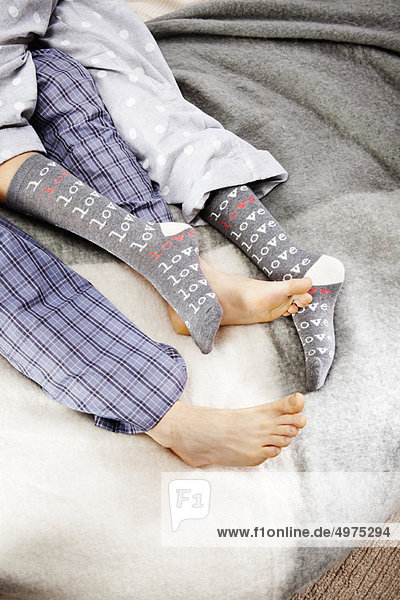 Nahaufnahme der Füße des Paares beim Kuscheln