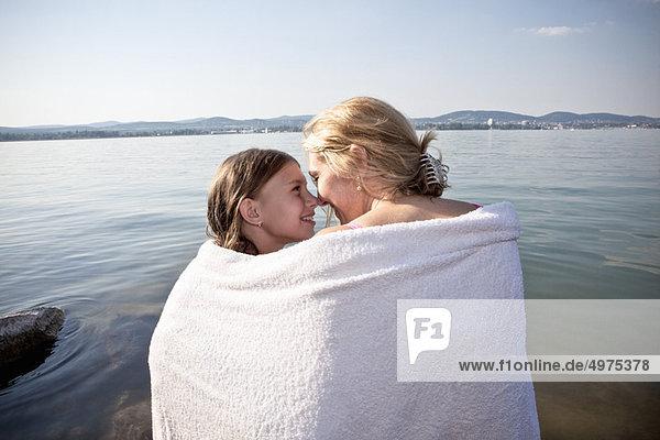 Handtuch  Tochter  Mutter - Mensch  umwickelt